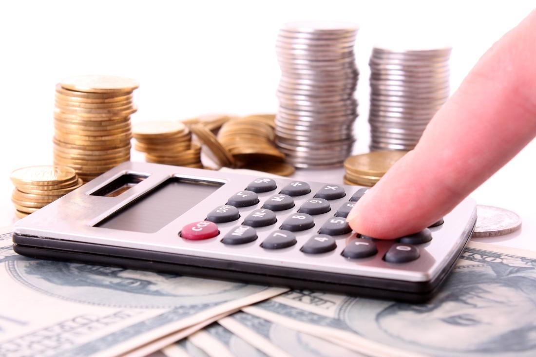 калькулятор и стопки монет