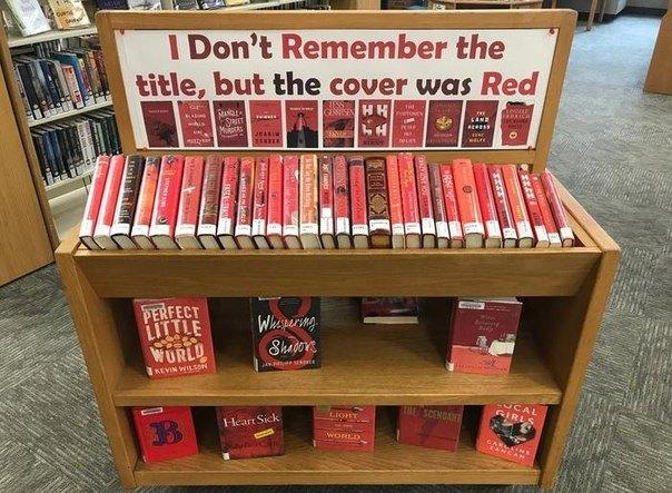 """Библиотечная выставка с заголовком на английском языке """" Я не помню название книниги, но она была красная"""""""