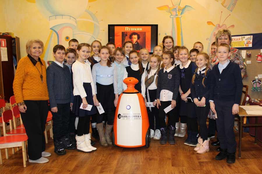 Робот-библиотекарь в Ивановской библиотекерядом с детьми