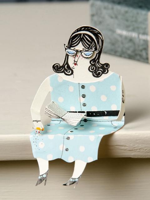 Забавная фигурка бумажной леди в голубом
