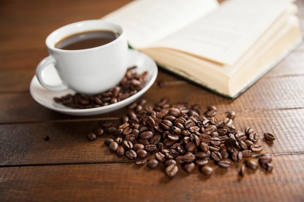 Чашка кофе и книга