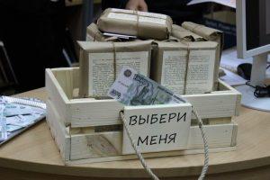 Деревянный ящик с книгами обернутыми бумагой
