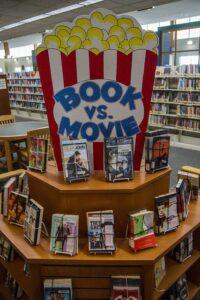 Заголовок выставки Книги и фильмы в форме стакана с попкорном