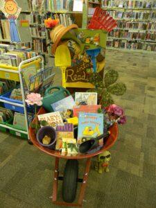 Выставка книг для огородников в садовой тележке