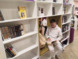 Читатель с новыми книгами